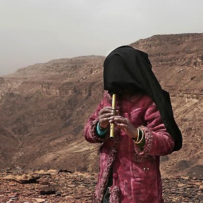 Две из четырех гидов — Аиша и Солиман — отлично играют на традиционной бедуинской флейте и исполняют народную музыку для туристок.