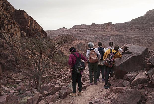 «Я думаю, что Южный Синай — безопасное место, особенно когда тебя сопровождают бедуины. Они здесь чувствуют себя как дома. За каждым углом открывается прекрасный вид», — рассказывает 68-летняя туристка из Дании, которая приезжает сюда каждую зиму.