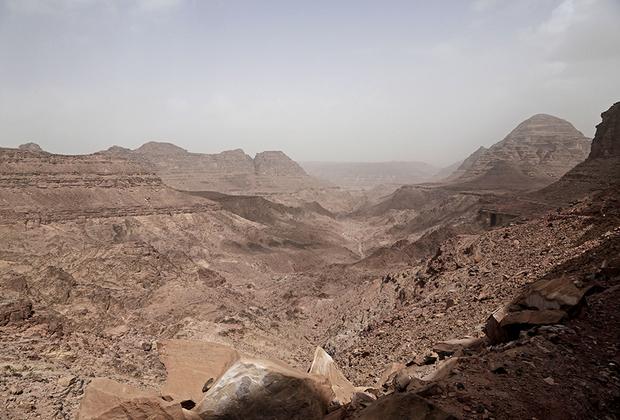 В походе женщины-гиды поднимаются с группами на окрестные пики, приводят их в пещеры и показывают местные водопады. Бедуинки рассказывают о растениях и травах, которые произрастают в пустыне. Они собирают их с раннего детства, поэтому знают местность зачастую даже лучше мужчин.