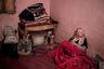 Захра c козочкой Йоландой в доме Умм Яссер. Племя, к которому принадлежат гиды, живет в крайней бедности. Дома в их селе построены из бетона, электричество дают лишь на пять часов в день, централизованное водоснабжение отсутствует.
