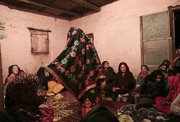 Многие мужчины из бедуинских деревень уезжают на заработки. Чаще всего они трудятся на курортах или в шахтах. Женщинам же найти работу крайне сложно из-за традиций и предрассудков.