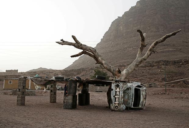 Жители Вади Саду живут настолько бедно, что бережно хранят даже откровенный мусор, который может пригодиться в хозяйстве. Например, ржавый кузов старого автомобиля стал опорой для навеса.