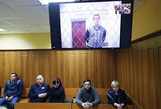 Обвиняемый, охранник Сергей Антюшин, по видеосвязи на заседании суда по делу о пожаре в ТЦ «Зимняя вишня» в Кемеровском областном суде