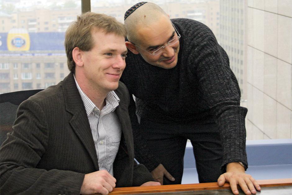 Основатель Livejournal.com Бред Фицпатрик и интернет-менеджер Антон Носик (слева направо) во время интернет-конференции в офисе компании «Суп» (SUP)