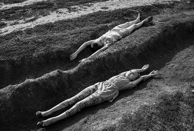 В марте «Две параллели» прошли в финал международного фотоконкурса Sony World Photography Awards в категории «Открытие». Всего для конкурса было рассмотрено 326 тысяч фотографий из 195 стран.