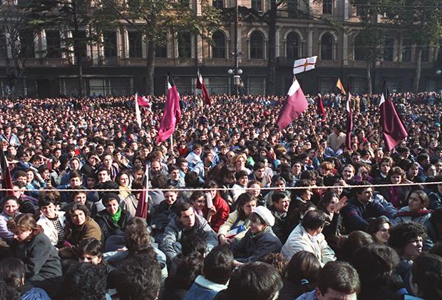 2 декабря 1988 года. Толпа участников во время митинга