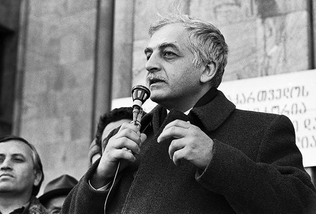 Звиад Гамсахурдиа выступает на митинге у Дома правительства