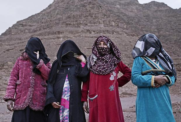Все четыре гида вместе. Слева направо: Аиша, Солиман, Умм Яссер и Селима. Девушки считают, что в ближайшем будущем к ним вряд ли присоединятся другие бедуинки — местное общество консервативно и осуждает работающих женщин. Даже в тех семьях, которые нуждаются в деньгах, мужья запрещают женам работать.