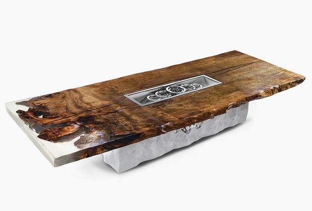 Итальянский бренд Riva1920 специализируется на работе с деревом, в том числе вторичной его переработке (например, для серии Briccole использовались старые венецианские сваи). Свой уникальный объект для Salone del Mobile 2019  — пятиметровый стол Timeless — итальянцы сделали из ископаемой древесины агатиса новозеландского (Kauri): ей 50тысяч лет. В столешницу интегрированы часы мануфактуры La Vallée с механизмом M30TP.