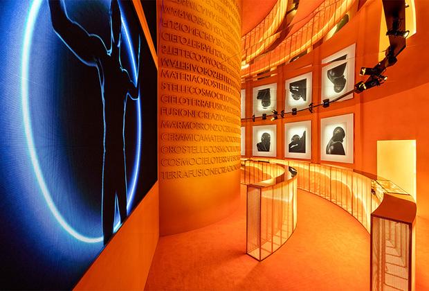 Прообразом B.zero1 стали одновременно промышленные трубы и гайки и уникальное древнеримское сооружение — амфитеатр Флавиев, или Колизей. Второй зал инсталляции, к которому ведет коридор в форме трубы, напоминает о Колизее и эстетике тренированного тела, которой восхищались древние.