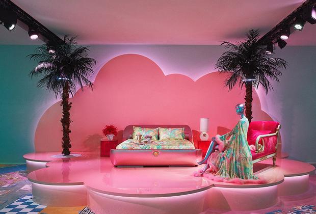Авторы безумной инсталляции в духе дискотечного психодела 1980-х для домашней коллекции Versace Home — дизайнер Саша Бикофф и художник Энди Диксон. Ковер под розовыми «облаками» и пальмами придумал Саша Бикофф, вдохновившись коллекцией Versace сезона осень-зима 1994-1995.
