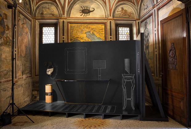 Новую домашнюю коллекцию для французского бренда Dior разработал дизайнерский дуэт Dimorestudio (итальянец Эмилиано Сальчи и американец Бритт Моран). Предметы показывали в залах старинного палаццо: реальные консоли, светильники и домашние мелочи дополнялись нарисованными на щитах антрацитового цвета.