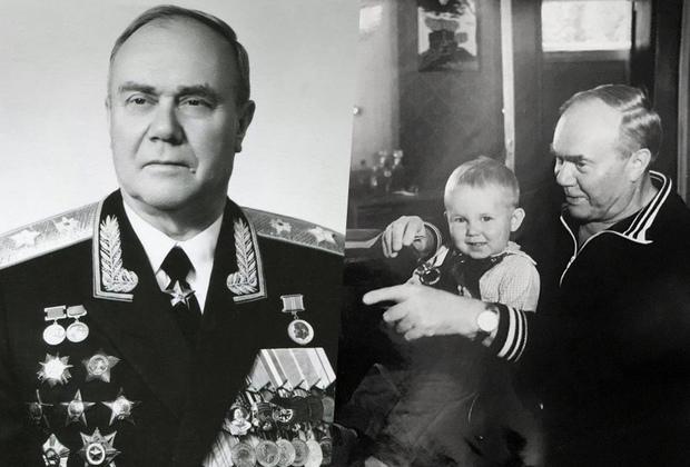 Маршал войск связи Андрей Белов на протяжении почти 17 лет (с 1970 года)  возглавлял войска связи Вооруженных Сил СССР. На снимке 1984 года маршал Белов играет с внуком Алешей дома в Москве.