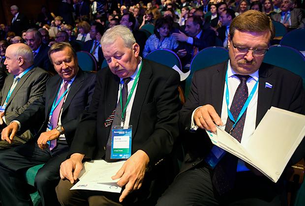 Председатель комитета Совета Федерации по международным делам Константин Косачев, научный руководитель Института США и Канады РАН и член РСМД Сергей Рогов (справа налево)