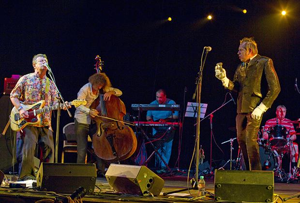 Участники группы «АукцЫон» Леонид Федоров (слева) и Олег Гаркуша (справа) выступают на концерте-презентации в клубе Arena Moscow