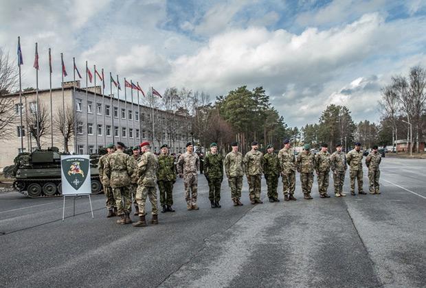 Офицерам штаба вручают шевроны командования