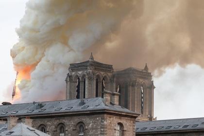 Обрушилась крыша собора Парижской Богоматери