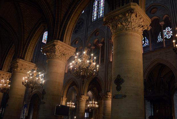 Тяжелые колонны поддерживали свод, под которым проходили важнейшие события в жизни французского королевства, а затем империи. Как многие готические соборы, Нотр-Дам де Пари не был расписан изнутри фресками: его украшали скульптуры, светильники-паникадила, витражи и памятники над захоронениями. Первыми в соборе Нотр-Дам де Пари, строительство которого еще продолжалось, были похоронены герцог Бретани Жоффрей и королева Изабелла де Эно.