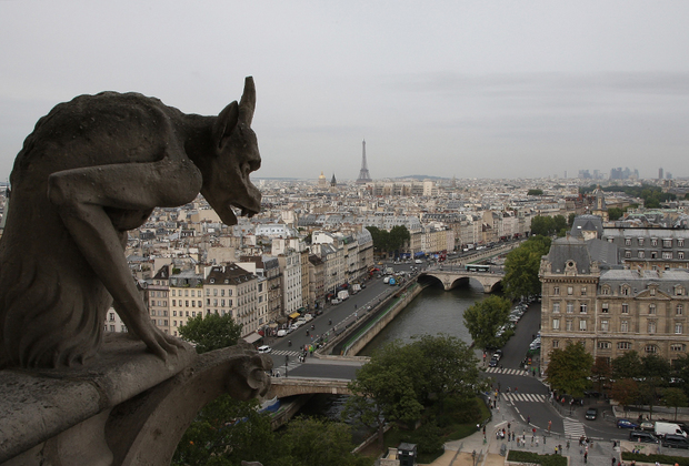 У подножия третьего яруса западного фасада —  двух башен высотой 69 метров —  размещались скульптуры химер, огнедышащих чудовищ с головой льва, туловищем козы и змеиным хвостом, и фигуры гаргулий, демоноподобных существ. Существует поверье, что если долго смотреть на химер в темноте, они оживут. Обрушение статуй химер, которые появились на фасаде в XIX веке по инициативе Эжена Виолле-ле-Дюка, стало одной из причин начала реставрации, на которую было выделено около ста миллионов евро.