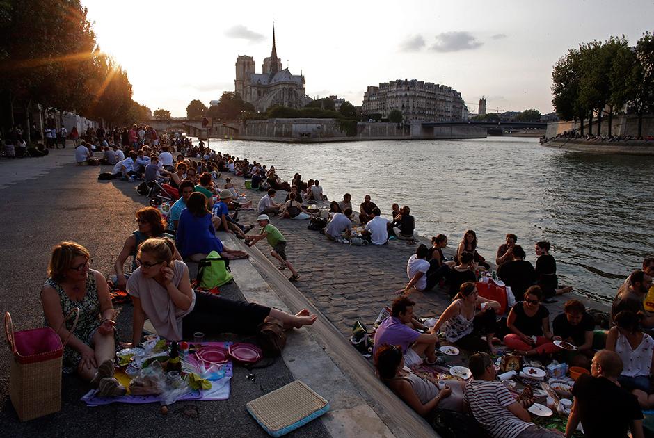 Туристы со всего мира, отдыхающие на парижской набережной, надолго (остается надеяться, что не навсегда) лишились прекраснейшего вида на собор и остров Сите.