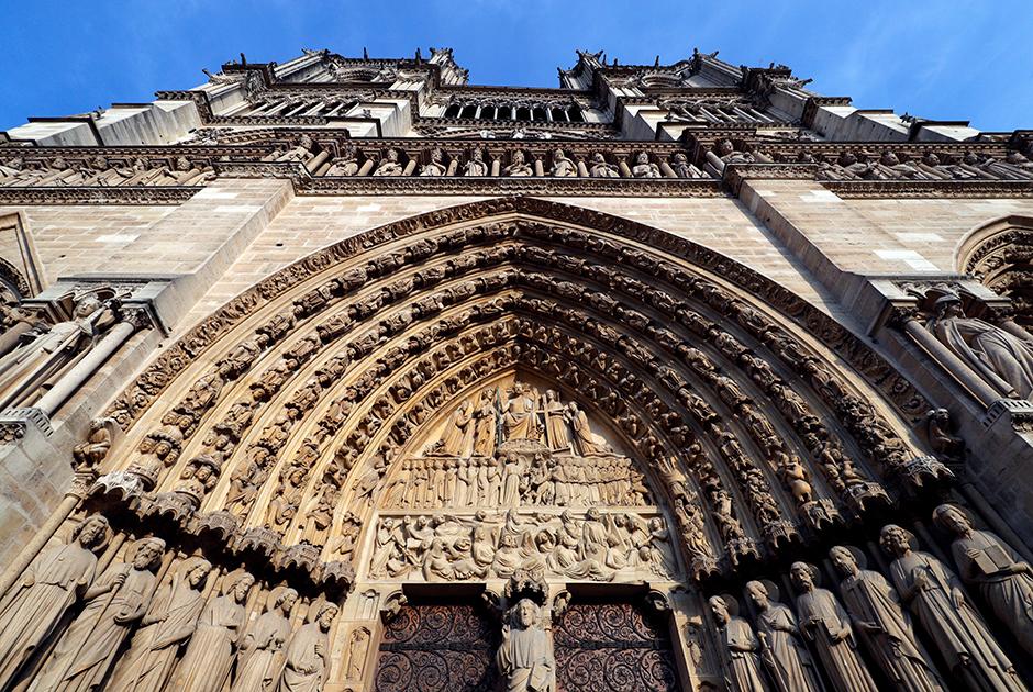 Семь арок над центральным порталом Страшного суда поддерживают 14 статуй святых. В центре под арками — Христос-Судия. Внизу по его правую руку стоят праведники, заслужившие спасение, по левую — грешники, обреченные на вечные муки.Под ними изображены мертвецы, восставшие из могил. Среди них король Франции, Папа Римский, воины и женщины, символизирующие все человечество, обреченное на Страшный суд.