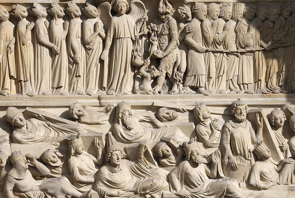 Второй ярус собора украшает Галерея Королей— 28 статуй правителей древнего Иудейского царства. Во времена Французской революции Конвент приказал уничтожить статуи, чтобы изображения королей не красовались на главном храме Парижа. Еще один горельеф изображает архангела Михаила, взвешивающего на весах грехи и добродетели. Души праведников благолепно шествуют со Страшного суда, грешные души со стенаниями отправляются в ад. Горельефы западного фасада восстановили в XIX столетии.