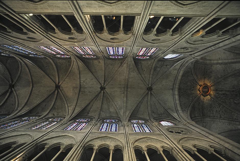 Своды потолка под крышей, которая первой стала жертвой разрушительного пожара. Совершенные пропорции демонстрируют таланты и мастерство средневековых архитекторов и строителей.