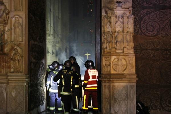 Пожарные у входа в горящий собор