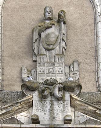 Скульптура, изображающая епископа Мориса де Сюлли, которому принадлежит идея воздвигнуть Нотр-Дам де Пари, на стене церкви в Сюлли-сюр-Луар.