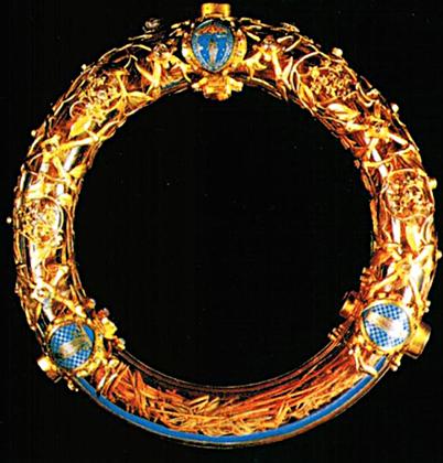 Терновый венец Иисуса Христа был дарован собору Людовиком IX Святым в 1238 году и хранился в Нотр-Даме вплоть до завершения строительства церкви Сент-Шапель в 1248 году. На данный момент там находится треть венца. Реликвия, которая ныне почитается как целый Терновый венец Христа и представляет собой целый венец, хранится в Нотр-Даме. Ее можно было увидеть каждую пятницу Великого поста и каждую первую пятницу месяца.