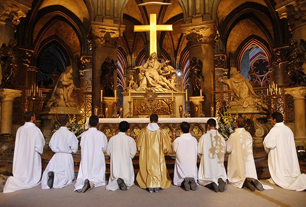 Обещание отца пришлось выполнять самому Людовику XIV, который в конце жизни повелел перестроить алтарную часть и хоры. Появившийся в ходе реконструкции крест чудесным образом смог пережить пожар 15 апреля 2019 года.