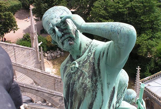 Статуя апостола Фомы появилась на шпиле собора во время реставрации в середине XIX века. Внешность апостола подозрительно напоминает архитектора Виолле-ле-Дюка.