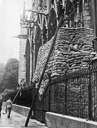 Чтобы защитить многочисленные статуи собора во время Второй мировой, его стены заложили мешками с песком. План сработал — ни одна скульптура не пострадала.