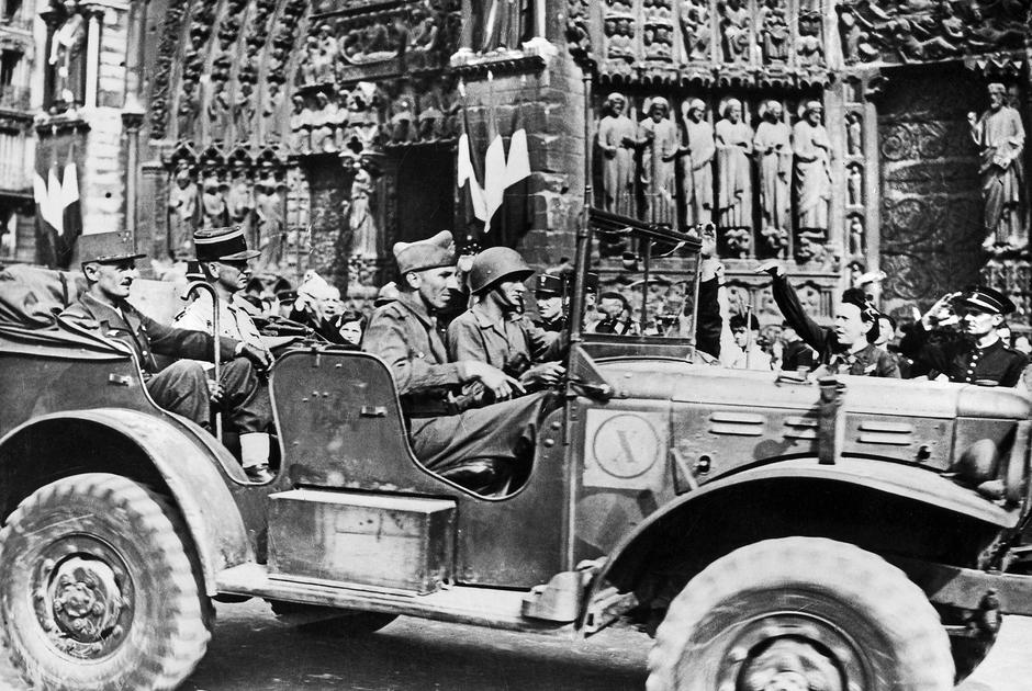 Французские солдаты у собора осенью 1944 года. Удивительным образом Нотр-Дам без потерь пережил войну — пострадали лишь несколько витражей.