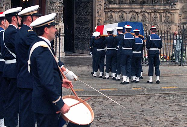 Похороны великого французского океанографа и океанолога Жак-Ива Кусто в 1997 году. Тело Кусто упокоилось в Пантеоне, а его отпевание прошло в Нотр-Дам де Пари. Собор стал местом прощания с многими великими французами.
