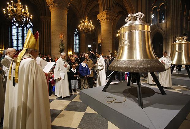 Освящение новых бронзовых колоколов, которые появились на соборе к 850-летнему юбилею Нотр-Дама, проводит архиепископ Андре XXIII.