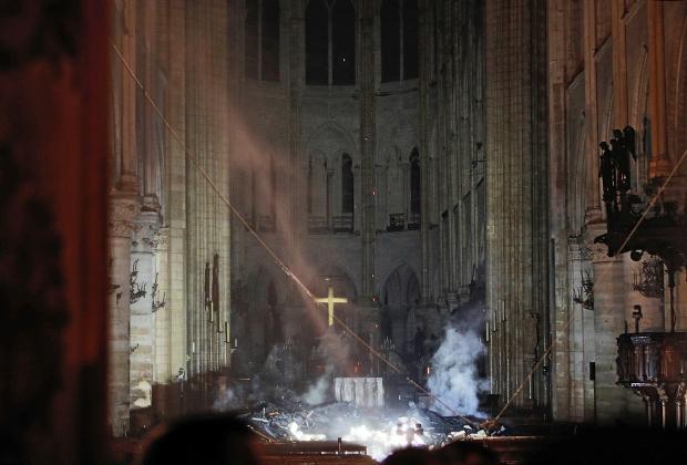 Так после пожара выглядит алтарь Нотр-Дам де Пари. Масштабы потерянного еще только предстоит установить, но чудесным образом в пламени выстоял алтарный крест.