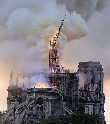 Падение шпиля во время пожара 15 апреля 2019 года. В третий раз в истории Нотр-Дам лишился своего шпиля.