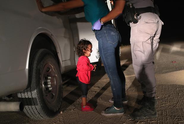 Мур сделал одну из фотографий, ставшую символом мигрантского кризиса и принесшую ему победу в World Press Photo. Маленькая девочка вместе с родителями преодолела тысячи километров из Гондураса, чтобы попасть в США. Караван мигрантов, подступивший к южной границе государства, стал большой головной болью для властей. Тысячи беженцев из Южной Америки надеялись начать новую жизнь в Северной Америке, где не будет места нищете и насилию, от которой они бежали. Однако в США их не ждали. В связи с наплывом мигрантов в стране ввели «политику нулевой терпимости». Государство стало более избирательно подходить к предоставлению статуса политического убежища, бытовое и групповое насилие в стране происхождения иммигрантов перестало являться основанием для его предоставления. У нелегалов начали отбирать детей и размещать в специальных лагерях, пока родителей будут судить американские суды. Инициатива вызвала ожесточенные споры в обществе США. Поэтому снимок плачущей малышки, чью мать задерживают на американской границе, стал чем-то большим, чем просто фотографией расстроенного ребенка.