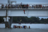 Мигранты готовы на все, чтобы прорваться на территорию благополучных Соединенных Штатов. Они штурмовали кордоны и пробирались по воде. На границе Гондураса с Мексикой мигранты снесли часть сетки на мосту, чтобы прыгать с него в воду.