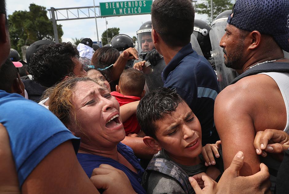 Чем ближе к США, тем более жесткая мясорубка ждала мигрантов на пограничных пунктах. На границе Гватемалы с Мексикой 19 октября между мигрантами и пограничниками завязалась потасовка. Люди спокойно прошли пограничный контроль на территории Гватемалы, однако были жестко встречены мексиканским ОМОНом. Караван теснили, в ответ мигранты забросали пограничников камнями. В результате мексиканцам пришлось применить слезоточивый газ.