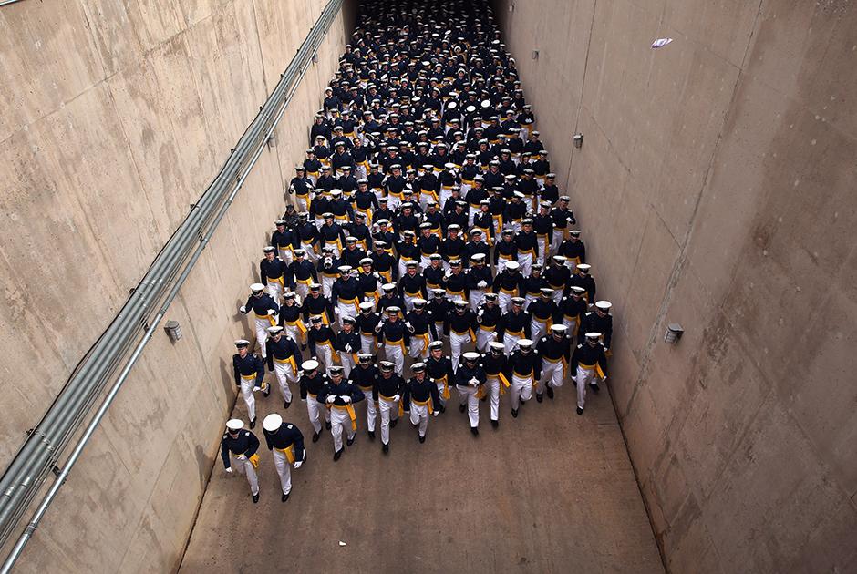 Полные юношеской энергии выпускники Академии ВВС США в Колорадо-Спрингс. В 2011 году дипломы академии вручены в общей сложности 1021 выпускнику учебного заведения. Академия существует с 1954 года. Государство берет на себя все расходы на обучение, проживание и питание курсантов. Взамен они обязуются отслужить определенный срок в военно-воздушных войсках.