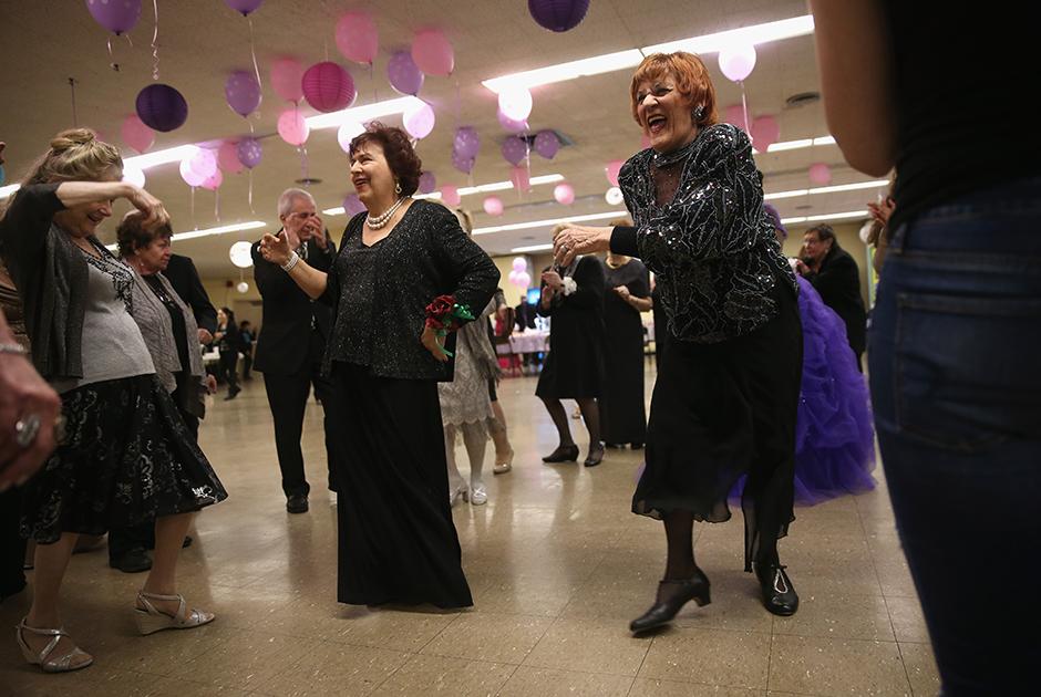 Пожилые жители Нью-Йорка, пострадавшие от урагана Сэнди в 2012 году, собрались в новой столовой средней школы, где специально для них организовали мероприятие некоммерческие организации. Общественный досуговый центр для пожилых людей пострадал от урагана, поэтому организаторы собрали друзей в другом месте.  <br> <br> В результате тропического циклона за два дня в Нью-Йорке было затоплено семь тоннелей метро, отрезан от материка и затоплен Манхэттен, сгорело 50 зданий, 250 тысяч человек остались без электричества, на АЭС «Найн-Майл-Пойнт» остановился реактор. Ураган унес жизни 73 американцев. Его ущерб экономике США оценили в 65 миллиардов долларов.