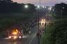 Толпа только что пересекла границу Гватемалы с Мексикой. Это вторая волна наплыва мигрантов в США в 2018 году. 12 октября латиноамериканцы стартовали из Гондураса. К стихийному шествию быстро присоединились бедняки из соседних Никарагуа, Сальвадора и Гватемалы, координировавшиеся в соцсетях. В начале пути численность каравана составляла около пяти тысяч человек.