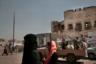 Местная жительница на фоне бойцов арабской коалиции.