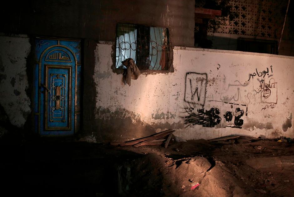 Граффити, изображающее флаг «Аль-Каиды» (запрещена в РФ) с арабской надписью «Нет бога, кроме Аллаха, и Мухаммед — посланник Его». Волна смертоносных обстрелов из проезжающих автомобилей, направленных против мусульманских священнослужителей, вызвала страх в Адене — южном портовом городе Йемена. Некоторые имамы покинули свои мечети, в то время как другие вовсе уехали из страны.