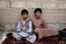 14-летние Мосрал и Абдель Хамид — солдаты. Их завербовали повстанцы-хуситы, которые сражаются с правительственными войсками и арабской коалицией. Эксперты называют детей «дровами» в аду йеменской гражданской войны. Хотя детей вербуют обе стороны конфликта, хуситы рассчитывают на них больше. По словам военного чиновника, с которым говорили авторы проекта по Йемену, за последние четыре года они завербовали 18 тысяч детей.