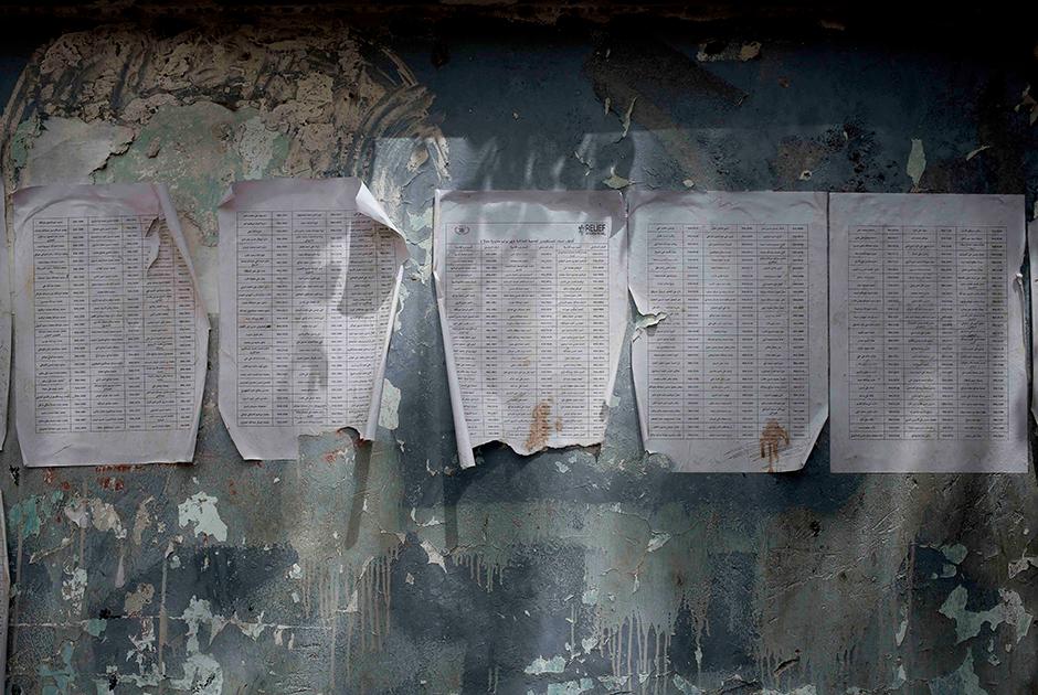 Потрепанные списки нуждающихся в продовольствии, сформированные гуманитарной некоммерческой организацией Relief International. В ООН говорят, что несмотря на обилие площадок, занимающихся распределением гуманитарной помощи, реально отследить можно только 20 процентов поставок.