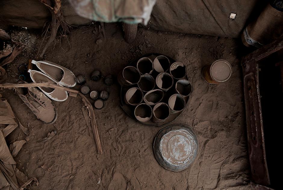 Семья нашла убежище в деревне Красная Звезда на побережье Аравийского моря. Эта хижина стала им домом. Убежав от войны, теперь они преследуют другую цель — не умереть от голода.