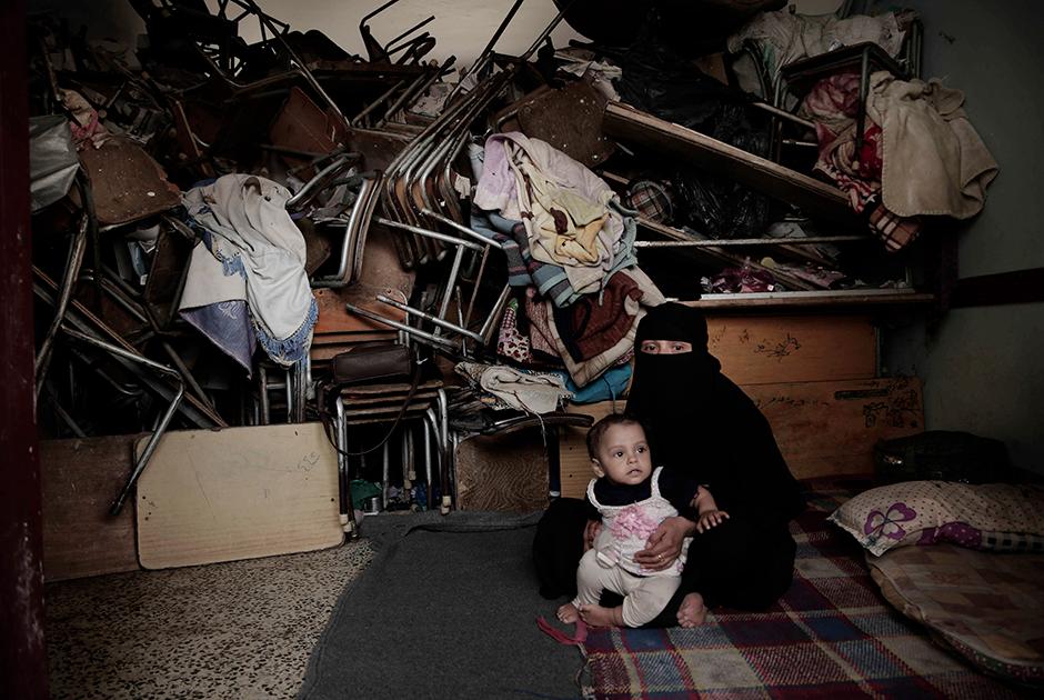 Мать восьмерых детей Агар Яхья (Hagar Yahia) плачет, рассказывая о лишениях своей семьи. В конце 2017 года им пришлось покинуть родные края и бежать от войны более чем за 300 километров.